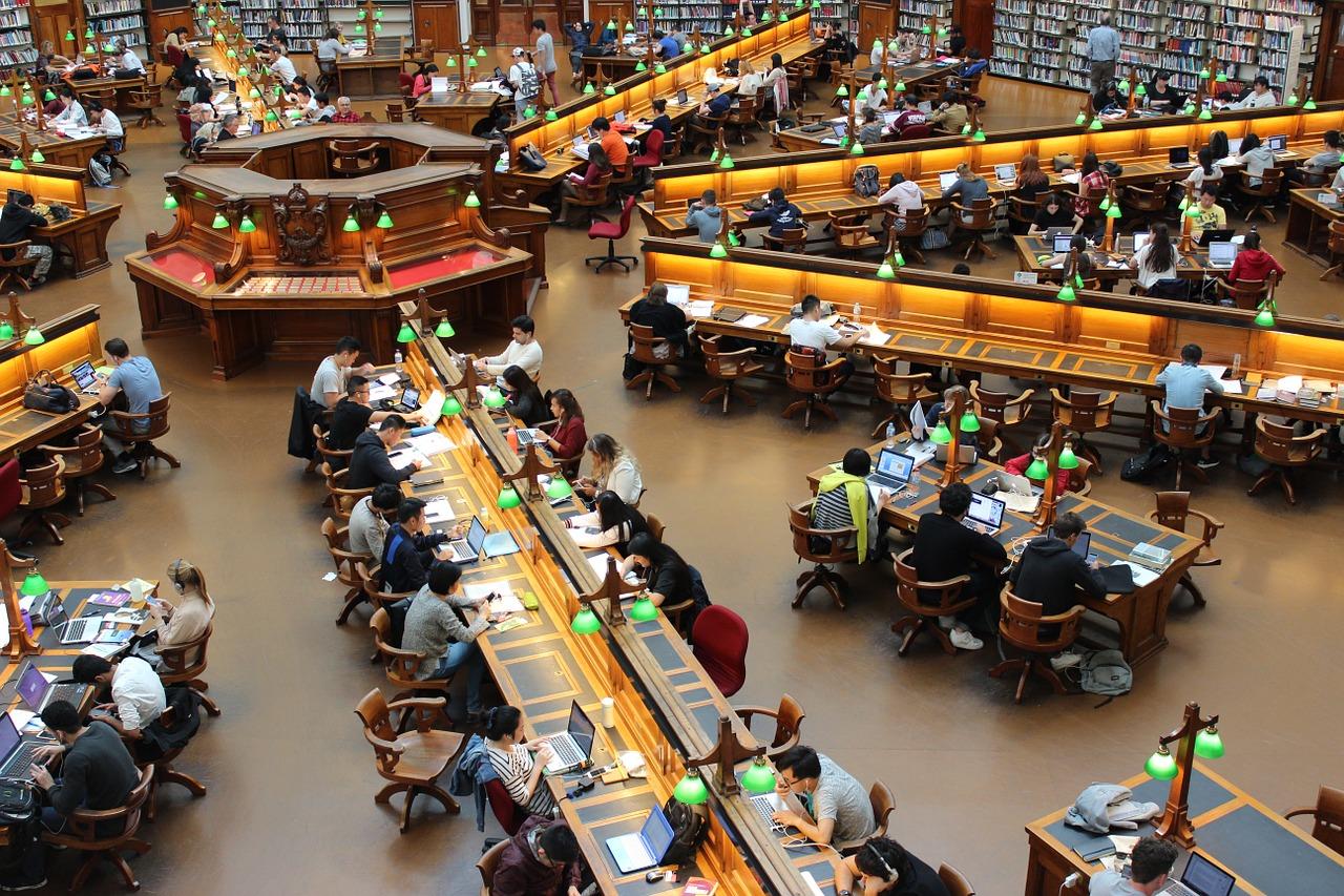 Sich von oben auf eine Universitätsbibliothek mit lernenden Studenten