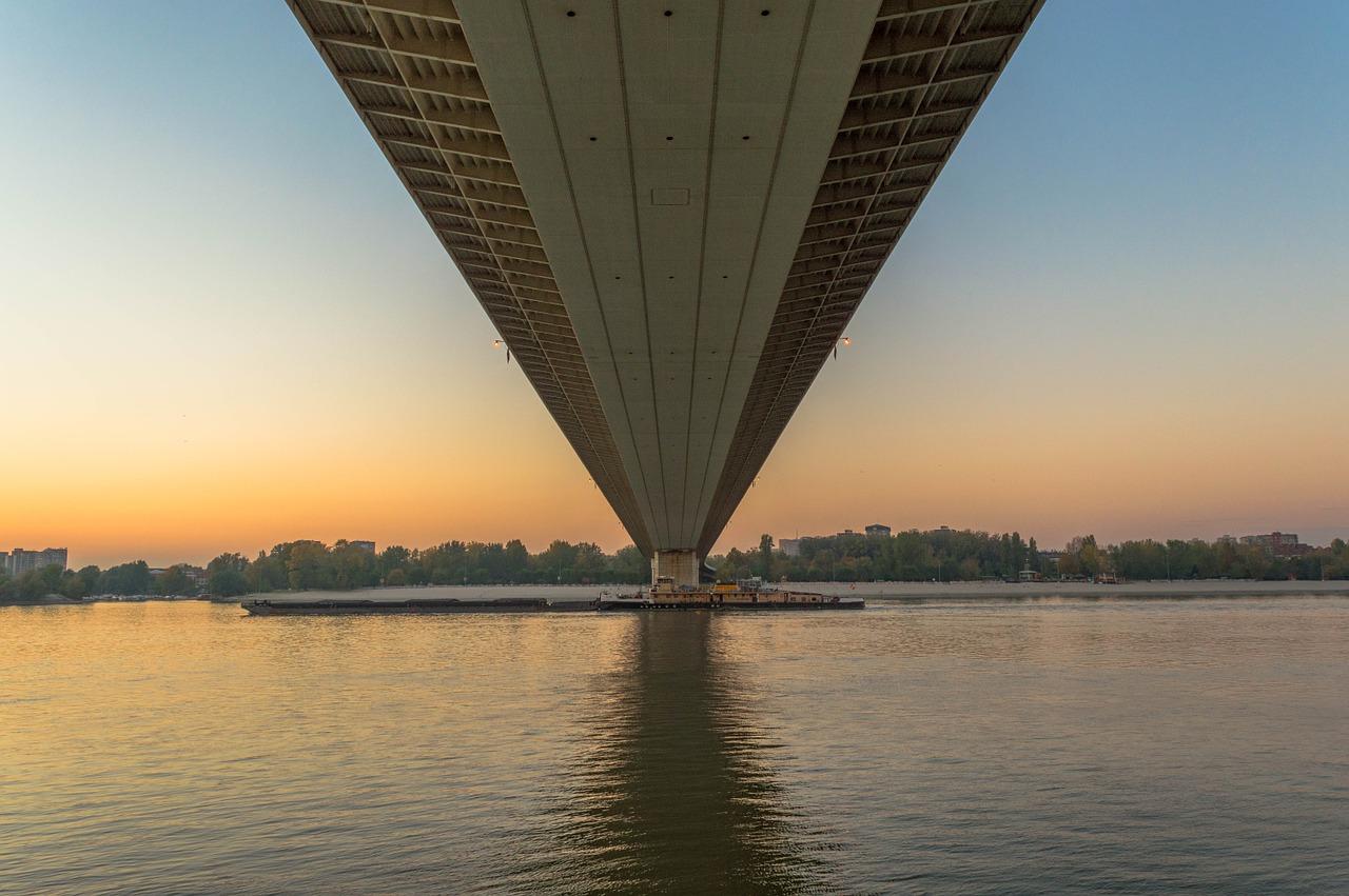 große Freiheitsbrücke in Serbien