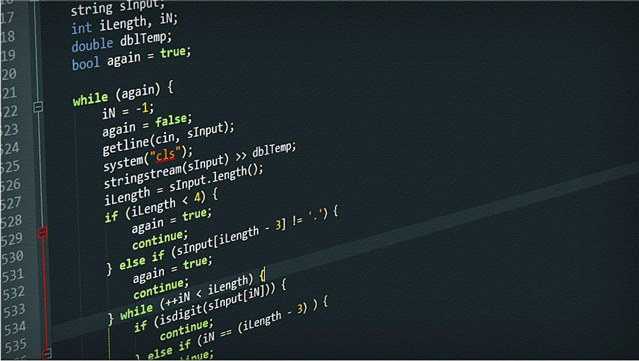 Quellcode auf dem Monitor eines Entwicklers