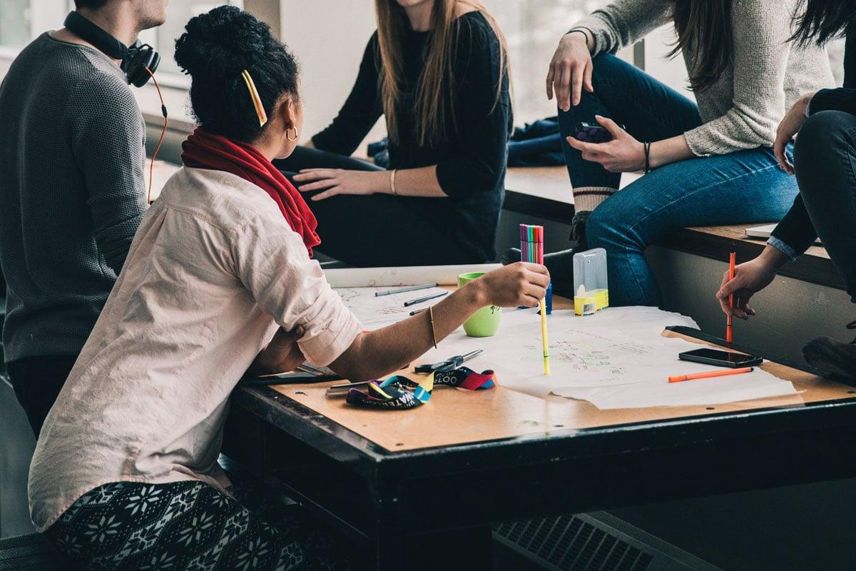 Kreatives Team-Meeting von Arbeitskollegen