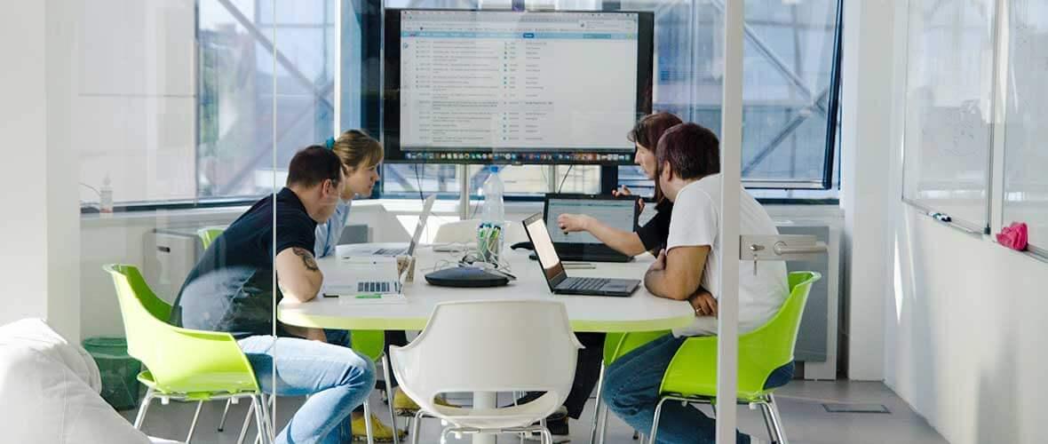 Kollegen sitzen in einem Meeting und diskutieren gemeinsam an einem Tisch