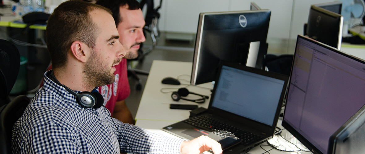 Zwei Männer gucken auf einen Monitor