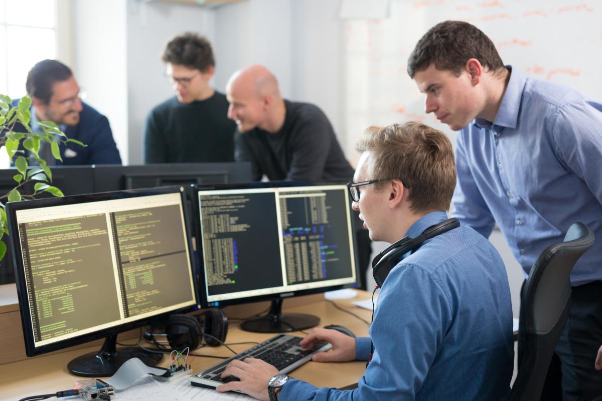 Zwei Programmierer eines Nearshoring Unternehmens arbeiten an einem Source-Code